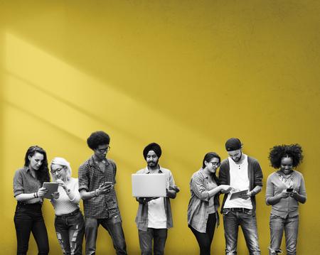 hombres jovenes: Estudiantes de Educaci�n Aprendizaje de Tecnolog�a Social Media Foto de archivo