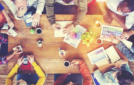 personas platicando: Grupo de Diseñadores Diversos tener un concepto de reuniones