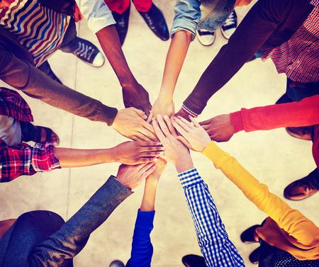 manos unidas: Grupo de diversa gente multi�tnica equipo del concepto