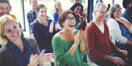 mujeres felices: Audiencia Aplauda Aplaudir Happines Apreciaci�n Concepto de formaci�n Foto de archivo