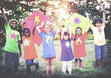 kinder spielen: Kinder, die Drachen-Happiness Konzept Freundschaft Freundschaftliche Verbundenheit Lizenzfreie Bilder