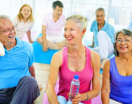 salud y deporte: Grupo de personas sanas en el concepto de fitness Ejercicio