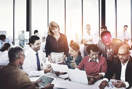 Diverse gens d'affaires travaillant ensemble Concept