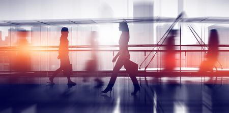 silueta hombre: La gente del viajero del Consumidor Concepto de recorrer ocupado