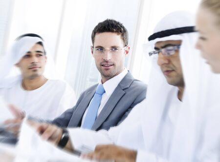 国際的なグローバル ビジネス ディスカッションなパートナーシップの概念
