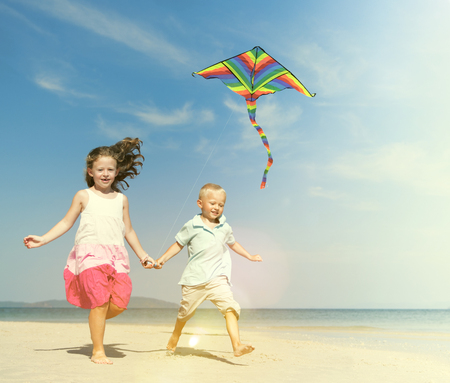 papalote: Hermana Hermano Beach vacaciones de verano Jugar Kite Concept Foto de archivo