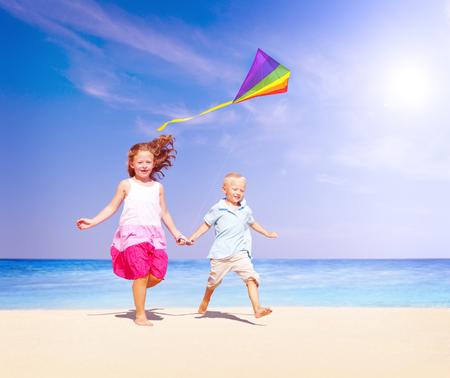 papalote: Ni�os que juegan Felicidad Kite Alegre Concepto Summer Beach