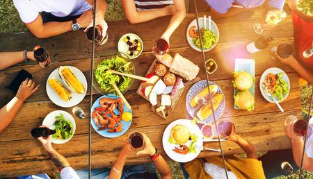 přátelé: Přátelům přátelství venkovní stolování Lidé Concept