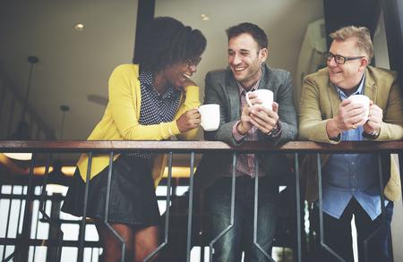 통신: 그룹 비즈니스 사람들은 발코니 개념 채팅