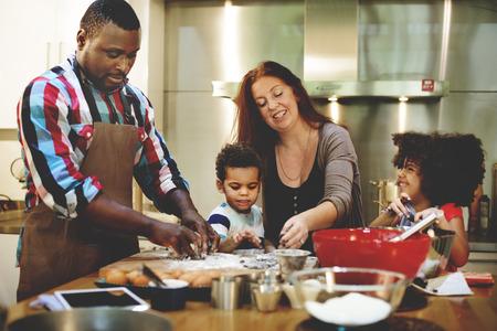 ni�os cocinando: Familia que cocina los alimentos uni�n concepto Foto de archivo