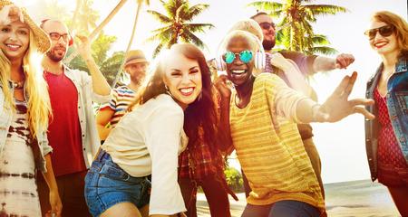 donna che balla: Amici estate Beach Party Concetto Danza