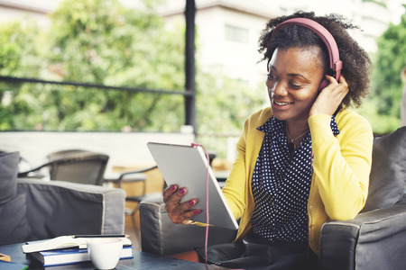 audifonos: Mujer africana escucha con auriculares Relajación