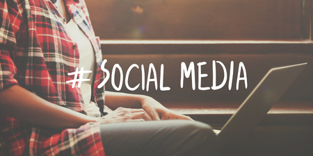 通訊: 社會化媒體的互聯網連接全球通信網絡概念 版權商用圖片