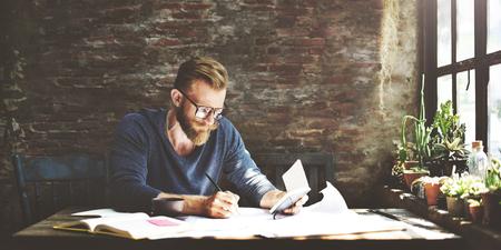 personas trabajando en oficina: El hombre de negocios Determinar ideas por escrito concepto de Trabajo Foto de archivo