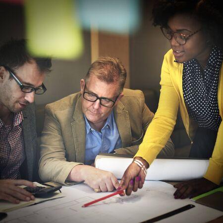 tormenta de ideas: Personas de la construcción interior Reunión intercambio de ideas concepto Foto de archivo
