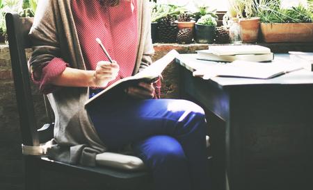 書き込みノート詳細概念を働く女性