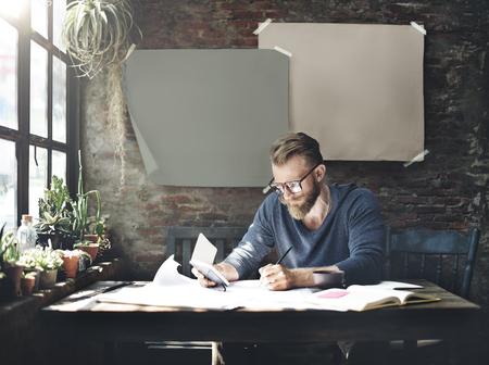 ビジネスマンのアイデアを決定する概念の作業を書く