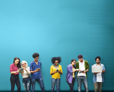 adolescentes estudiando: Estudiantes de Educaci�n Aprendizaje de Tecnolog�a Social Media Foto de archivo