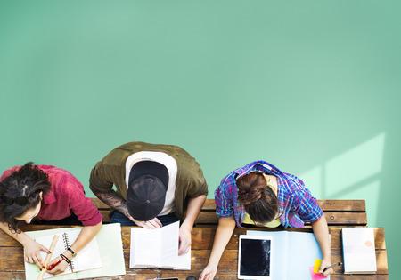 adolescentes estudiando: Estudiar de los estudiantes de Aprendizaje Comunitario Educaci�n Foto de archivo