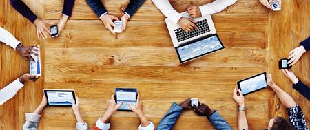 La gente de negocios que trabajan con el concepto de tecnología Foto de archivo - 49507593