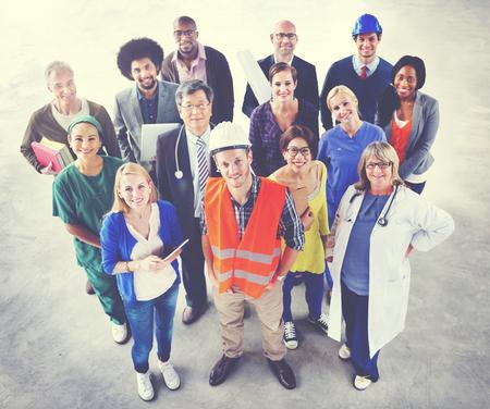 Groep van multi-etnisch diverse mensen met verschillende banen Concept