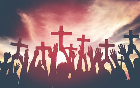 family praying: Grupo de personas que tienen la Cruz y Oraci�n en Contraluz Concept Foto de archivo