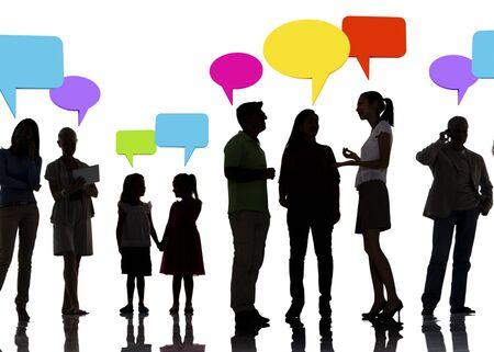 personas hablando: Conexi�n de una red social Concepto de voz Bubbles Foto de archivo