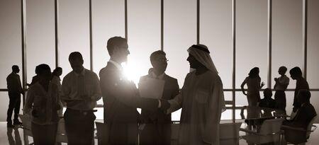 グループの人々 のハンドシェイクのグローバル ビジネス コンセプト