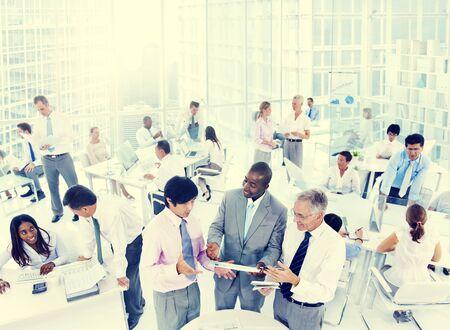gente adulta: Los colegas de negocios Equipo de personas corporativa Comunicación del concepto de Trabajo