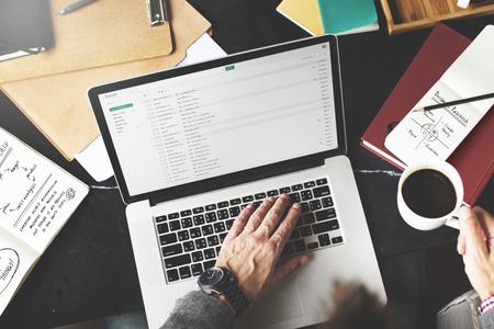 メール書く職場概念を働くビジネスマン