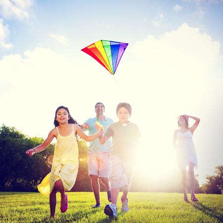 papalote: Familia Flying Kite juntos al aire libre Concepto
