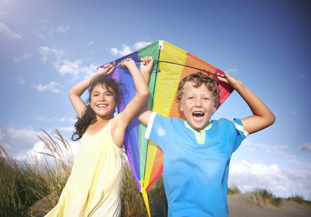 niños jugando: Alegres niños que juegan al aire libre Felicidad de la cometa