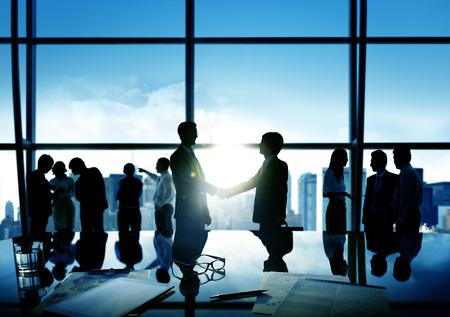 ビジネスマン握手取引ビジネスのコミットメント概念
