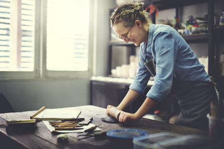 ollas de barro: Concepto Habilidad balanceo de la mujer de la arcilla artesano