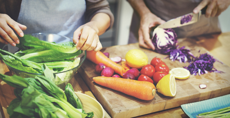 cocinando: Familia que cocina la cena Concepto Preparaci�n Foto de archivo