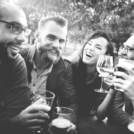 hombre tomando cerveza: Partido Amistad Celebraci�n Beber Togetherntess Concepto Foto de archivo