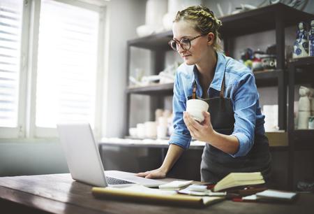 Handwerker-Browsing Laptop-Anschlusstechnik Konzept Standard-Bild