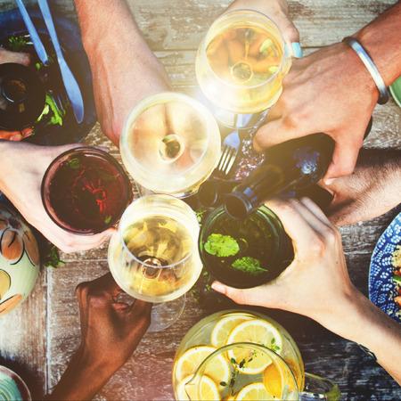 tomando alcohol: Alimento del partido Bebidas Concepto de comidas bebidas