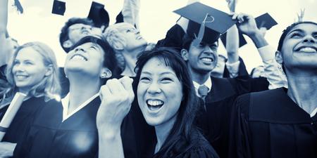 toga y birrete: Casquillos de la graduación tirado la Celebración del aire