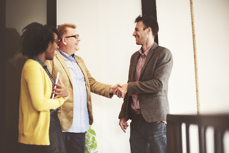 stretta di mano: Uomini d'affari Corporate Meeting della stretta di mano di saluto Concetto