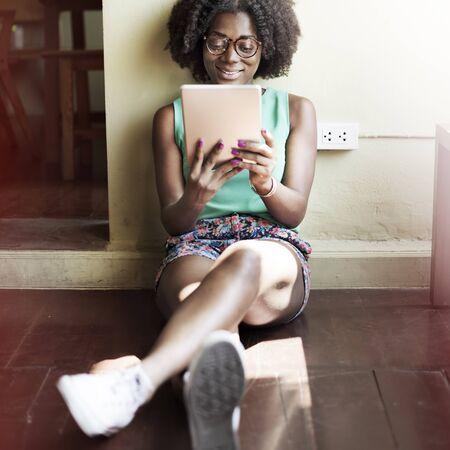 afroamericanas: Digitla dispositivo enchufe del enchufe Tecnología Electricidad Concept