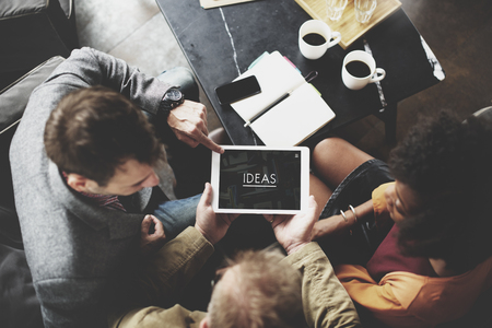 mujeres trabajando: Las personas que trabajan junto Ideas Tablet Concept