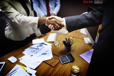 apreton de manos: De negocios del apretón de manos concepto de la operación de felicitación