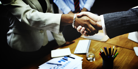 personas hablando: De negocios del apret�n de manos concepto de la operaci�n de felicitaci�n