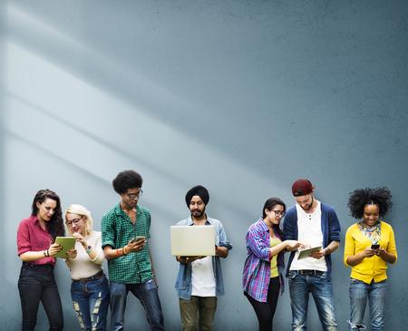 comunidad: Los estudiantes Grupo diverso Estudiar Together Pared Concepto Foto de archivo
