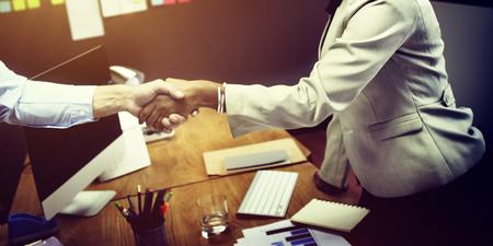 gente saludando: De negocios del apretón de manos concepto de la operación de felicitación