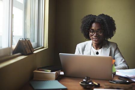 femme africaine: Femme connexion � un ordinateur en r�seau sans fil Concept