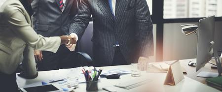 contratos: Gente de negocios Corporate Meeting Handshake concepto del saludo
