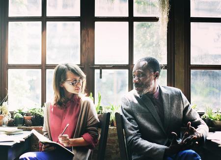 personas dialogando: Conversación Gente Comunicación Hablar Lugar de trabajo Concepto Foto de archivo