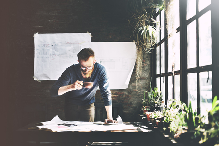 pensamiento creativo: Working Man Determinar Workspace Lifestyle Concept Foto de archivo